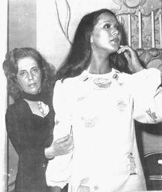 Moda & Política: Zuzu Angel, a estilista do desfile-protesto, conhecida por sua luta em busca do filho desaparecido durante a ditadura militar no Brasil, completaria hoje, 93 anos. Foi a primeira designer a usar a moda como forma de protesto. Na foto, Zuzu Angel aparece com a modelo usando o vestido integrante do famoso desfile, ocorrido em Nova Iorque, em 1971.