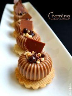 Piccoli gioiellini da servire in abbinamento al caffè che vanno via come ciliegie, si mangiano in un sol boccone perchè hanno un diametro d...