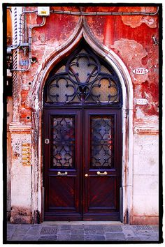 this is soo beautiful... idk what it is about an amazing door that catches my eye but i love it!!