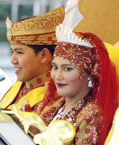This is a photo taken at the wedding of Princess Hajah Majeedah Nurul Bulqiah and Yang Amat Mulia Pengiran Anak Khairul Khalil Royal Crowns, Royal Tiaras, Tiaras And Crowns, Brunei, Asian History, Royal Jewelry, Royal Weddings, Crown Jewels, Royal Fashion
