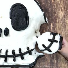 Kids (and grown-ups) will LOVE this easy Halloween party dessert! Perfect for fans of The Nightmare Before Christmas halloween recipes dessert Halloween Snacks, Bolo Halloween, Kids Halloween Parties, Easy Halloween Desserts, Halloween Cookies, Dessert Party, Party Desserts, Party Recipes, Christmas Cupcakes