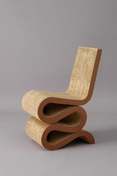 Wiggle Side Chair by Frank O. Gehry is now on display at Bauhaus Museum of Design. Cardboard Chair, Cardboard Furniture, Cool Furniture, Modern Furniture, Furniture Design, White Furniture, Office Furniture, Design Museum, Cool Chairs