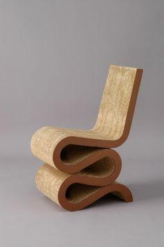Wiggle Side Chair - Frank Gehry  Chaise de 1972, elle possède une résistance du carton ondulé monocouche. C'est dans les années 60 que les meubles en carton ont fait leur apparition.
