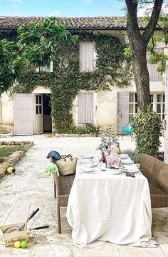 This al fresco dining situation please. French Cottage, French Country House, French Farmhouse, Outdoor Dining, Outdoor Spaces, French Countryside, Al Fresco Dining, Interior Exterior, Outdoor Entertaining
