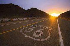 #EtatsUnis . Surnommée « The Mother Road », la Route 66 est une route légendaire des Etats-Unis couvrant 3 960 km et traversant huit états. Véritable monument de la culture américaine, cette voie permit de relier les rives du lac Michigan au rivage du Pacifique à Santa Monica. Ce parcours s'emprunte traditionnellement d'est en ouest. Aux commandes d'une Harley Davidson ou d'un cabriolet, les aventuriers pourront goûter aux sensations de liberté offerte par cette route. http://vp.etr.im/389c