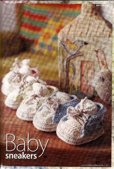 Baby sneakers with an excellent diagram in English, if I ever learn to read diagrams. Converse En Crochet, Crochet Baby Booties, Crochet Slippers, Easy Crochet Projects, Crochet Crafts, Yarn Crafts, Crochet Baby Blanket Beginner, Baby Knitting, Baby Gifts To Make
