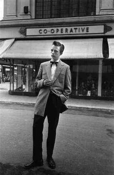 Teddy Boys, or Teds, were a subculture of young adults wearing smart clothes partly inspired by dandies in the Edwardian era. Teddy Boys, Teddy Girl, Teddy Boy Style, Boys Style, Vintage London, Vintage Men, Geração Baby Boomers, Rockers, Estilo Dandy