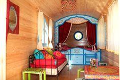 Hoe leuk zijn dezevier kleurrijke woonwagens wel niet? Compleet met een groot tweepersoonsbed, beddengoed, handdoeken én inclusief een heerlijk ontbijt.