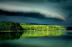 """Kiedy nadciąga załamanie pogody - bądź czujny. Przechodzące fronty atmosferyczne to gwarancja doskonałej scenografii z chmur. Moment przed burzą to bardzo dobre światło. W takiej scenerii każdy temat będzie atrakcyjnie sfotografowany.Na zdjęciu: """"Dynamiczna pogoda"""" to nowe określenie naszych przepowiadaczy pogody. To zła wiadomość dlaplażowiczów, dobra dla fotografów, fot. Jacek Bonecki"""