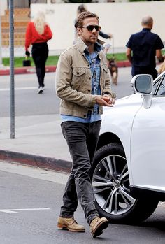 Ryan Gosling out in Los Angeles is part of Ryan gosling style - Blue Jeans Outfit Men, Blue Jean Outfits, Denim Jeans Men, Estilo Ryan Gosling, Ryan Gosling Style, Ryan Gosling Fashion, Blazer Off White, Smoking Azul, Street Style Inspiration