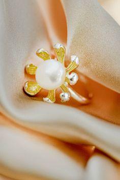 Inel realizat din argint placat cu aur alb de 14 karate, frumos ornamentat cu perlă de cultură.  Cod produs: DI715 Greutate: 9.02 gr. Lungime: 2.20 cm Lățime: 2.20 cm Circumferință inel: 57 mm Aur, Lapis Lazuli, Karate, Napkin Rings, Topaz, Brooch, Jewelry, Jewlery, Jewerly