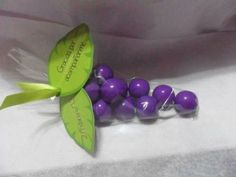 píxeles Cluster of grape gum for Communion favors. First Communion Decorations, First Communion Favors, First Holy Communion, Communion Centerpieces, Little Gifts, Holidays And Events, Christening, Party Time, Party Favors