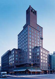 Bowery Hotel の当初の様子が分かる記事。相当治安の悪いことで有名だった地域にSANAAの美術館ができて、次第に地域全体が変化していったという記述が興味深い。単体のコンバージョンとしても元用途が今ひとつ不明だけどスケルトンにしているみたいだし面白そう。設計チームはMaritime Hotelの事務所みたい。 Boho Renaissance | Vanity Fair
