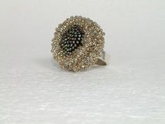Régi vágyaim közé tartozott, hogy horgolt gyűrűim ezüst gyűrűsínt kapjanak. Sajnos nem tudtam az elképzeléseimnek megfelelő kész gyűrűalapot venni, a legtöbb ötvös pedig elzárkózott az ilyen kis széria elkészítésétől. Zita kedvességének és precíz munkájának köszönhetően azonban elkészülhettek: