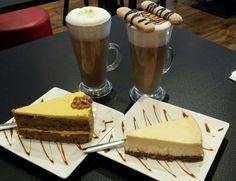 Latte met cheese cake en worteltaart bij IJspressi