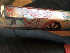 18-01-06 八角龍笛ケース 2 (坂根龍我 作品 紹介№369 )  図は季節、また1日をモチーフに移り変わりを華やかに表現。 漆と言えば朱、黒のイメージをお持ちだろうが、このように多様な色を作り表現する事も可能である。 金粉、銀粉、錫分を駆使して絵を描き、作った色漆で固め磨く。 上から源氏車に流水を盛り上げて金にする。 頭は螺鈿とし、後ろは錫、合口も錫。