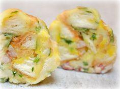 Tyrolské knedlíky Ingredience na 3 porce (6-7 knedlíčků) 7 dkg anglické slaniny 3 rohlíky 1 vejce L asi 120g hrubé mouky asi 0,7 dcl mléka čerstvá petrželka Den staré rohlíky nakrájíme Na kostky taky slaninu, vše osmahněte na pánvi, ať se slanina rozvoní a pustí trochu tuku. Nechte zchladnout v míse. Pak přidejte sůl, mléko a vejce. Po zamíchání by rozhlíky už neměly chrastit, kdyžtak trochu mléka přidejte. Nechte 30 min odpočívat. Potom přidat 100g hrubé mouky, vaříme 10 -15 min