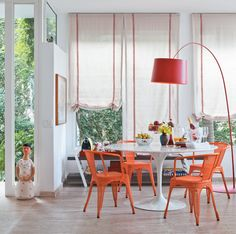 Saarinen table w/ colourful chairs House Design, Living Dining Room, Decor, Home Remodeling, Home, Interior, Dining Room Curtains, Saarinen Table, Home Decor