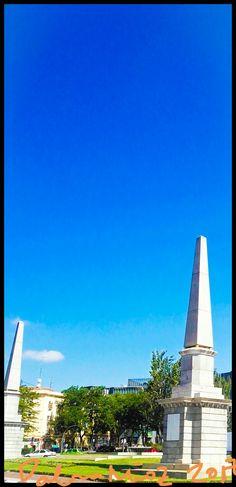 Glorieta de Pirámides. Por dos obeliscos gemelos colocados en 1831.     Los monolitos debían llevar alusivas a la reina María Cristina y a la infanta Luisa Fernanda, a punto de nacer. Sin embargo, al final no llevaron ninguna inscripción.  Glorieta of Pyramids. For two twin obelisks placed in 1831.     The monoliths had to be allusive to Queen Maria Cristina and to the infanta Luisa Fernanda, about to be born. However, in the end they did not carry any inscription.