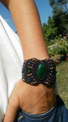 Bracelet noir en macramé cabochon en malachite veritable, perles en laiton et perles japonaises : Bracelet par elyss-craft