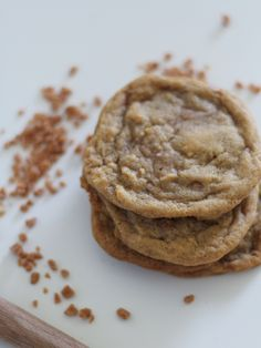 Chewy + delicious skor bit cookies! So easy to make and SOOO yummy! Recipe Graphic, Decorator Frosting, Kinds Of Desserts, Cookie Frosting, Cookie Jars, Cookie Decorating, Yummy Treats, Sweet Treats, Cookie Recipes
