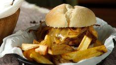 Receta con instrucciones en video: Ten cuidado, se te hará agua la boca. Está comprobado.  Ingredientes: 400 gr. de bife de chorizo molida , 2 provoleta , 2 cebollas , 300 gr. de queso cheddar , 300 gr. de leche , 100 gr. de harina , 50 gr. de manteca , 1 cda. de almidón de maíz , 1 cda. de agua , 1 cda. de pimentón , 1 ajo , 2 panes de hamburguesa