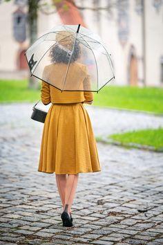 Vintage-Mode-Bloggerin RetroCat mit einem senfgelben Kostüm von Gracy Q, einem transparenten Regenschirm und Nahtstrümpfen in Füssen Jackie Kennedy, Audrey Hepburn, Vintage Inspired Fashion, Vintage Fashion, Fascinator, Girls Wear, Women Wear, Vintage Mode, Vintage Style