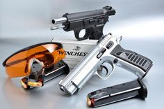 Scopri di più: http://www.all4shooters.com/it/articoli/pistole/2012/Tanfoglio-Force-e-Combat-Sport-pistole-semiautomatiche/ Tanfoglio Force e Combat Sport. Due pistole semiautomatiche che permettono di avvicinarsi al tiro dinamico senza spendere cifre esorbitanti. Acciaio o polimero, quale scegliere?