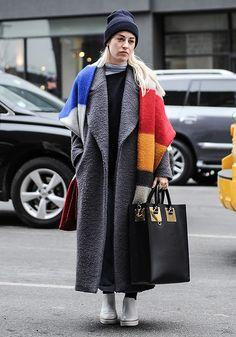 """""""Die besten Inspirationen bekomme ich meistens auf der Straße – wenn ich am Wochenende von Galerie zu Galerie schlender oder einfach in meinem Lieblingscafe in Kreuzberg, der Kaffeebar, sitze. Bei den kalten Temperaturen immer dabei: Rollkragenpulli, Beanie und ein dicker Schal.""""  The Stylelist Sonja: Zalando Mitarbeiter zeigen ihren Style"""
