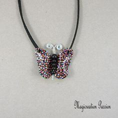"""Collier pendentif papillon vinyle orange,violet et noir """"sarah"""" - Un grand marché Violet, Orange, Jewelry, Fashion, Pendant Necklace, Black Backgrounds, Butterflies, Unique Jewelry, Moda"""