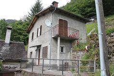 Malvaglia: 2,5 Zimmer Einfamilienhaus mit 2 Sitzplätzen, Wiese und schönem Ausblick