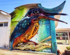 Arte urbano de un pájaro de colores pintado sobre una pared en Lisboa, Portugal