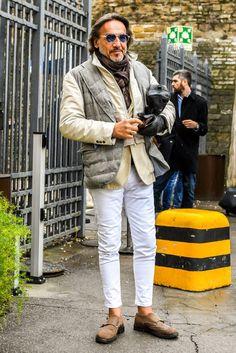 ワックスドコーティングされたダブルモンクストラップのブラウンスエード靴で、一味違うメンズコーデに Down Vest, Casual Chic, White Jeans, Street Style, Mens Fashion, Italian Street, Guys, Elegant, How To Wear