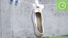 How to Clean White Converse. White Converse shoes look great when they're brand new, but they may develop a less appealing shade after a significant amount of use. How To Clean White Converse, White Converse Shoes, White Shoes, Shoes Sneakers, Shoes Heels, Deep Cleaning Tips, Cleaning Hacks, Looks Con Converse, Remover Manchas