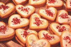 Du skal bruge: 800 g mel 275 g floremelis 500 g hårdt smør 2 æg    - Det hele røres sammen, dejen rulles ud på bordet ca. 5 mm tykt og med en hjerte udstikker stikker man hjerterne ud. Bag hjerterne i ovnen ved 210 grader i ca. 10 min. Lad dem køle inden de dekoreres og ligges sammen med hindbærmarmelade.