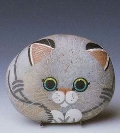 Painted Stone Kitten This would be so cute in the garden. Painted Rock Animals, Painted Rocks Craft, Hand Painted Rocks, Paint On Rocks, Painted Pebbles, Painted Stones, Rock Painting Patterns, Rock Painting Ideas Easy, Rock Painting Designs