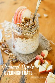 Caramel apple overnight oats. Toss all the ingredients in the jar the night before and wake up to a quick, healthy breakfast! | Jellibeanjournals.com