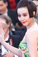 Fan Bingbing wore a Chopard High Jewellery watch from the Red Carpet collection set with marquise diamonds and diamonds, a pair of white gold earrings set with emeralds and diamonds