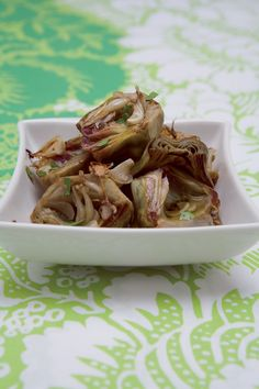 Mondate i carciofi delle foglie più dure e dell'eventuale peluria centrale, tagliateli a metà tuffandoli via via in acqua acidulata con il...