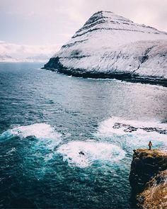 Jak jste určitě viděli na Stories byli jsme teď s klukama na týden na Faerských ostrovech. Chtěli jsme stihnout začátek jara. Místo toho nás přivítala smršť zimy která se tam přesně na náš týden prohnala. Nejdřív jsem byl docela smutnej protože jsem se těšil na moody počasí typickou hnědou Faroe barvu a krásný dva stupně což se ani jedno nekonalo. Jenže pak mi došlo že v zimě sem jen tak někdo fotit nejezdí. V jednu chvíli máte 40 cm sněhu a sněhovou bouři nedostanete se skoro nikam máte…