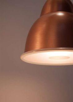 biblio sospensione rame IP20 | Viabizzuno | luminaria de suspensión para interiores IP20 de cobre. biblio s viene con cable recubierto de forro metálico de acero inoxidable. biblio s se puede cablear para lámparas halógenas / led E27 150W como máximo, de vapores de halogenuros G12 70W o lámparas fluorescentes de ahorro energético GX24q-4 42W. el vidrio de protección completo de junta es de serie en la versión de cobre con kit G12 70W, mientras se suministra solo bajo pedido la versión de…