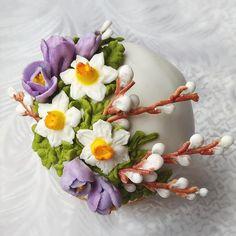 Декор куличей Easter Cupcakes, Easter Cookies, Cupcake Cookies, Hoppy Easter, Easter Eggs, Book Baskets, Buttercream Flowers, Easter Dinner, Elegant Cakes