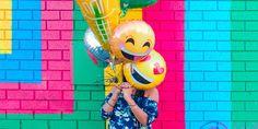 """""""Quando nos sentimos felizes, tendemos a gerar processos de aceitaçãofisiológicase corporais que nos movimentam para a frente com a ajuda dos dois principaisneurotransmissores: a serotonina(responsável por regular o estado de alerta e de humor no organismo e que, em baixos níveis, está relacionado com a falta de motivação e depressão) e a dopamina (associada ao movimento, memórias e sensação de prazer)."""""""