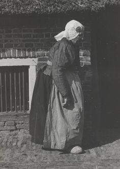 Vrouw uit Hijken in Drentse streekdracht. De vrouw is gekleed in zondagse dracht. 1943 #Drente