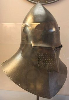 Great Bascinet, Palazzo Ducale, Venice ref_arm_1659 Date: 1420-1440 Perhaps an experimental jousting helm, since the very wide neck protection would impede a lot of the arm movement.