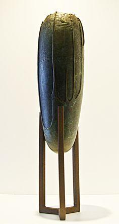 Jarrón tipo ánfora , fundido en bronce. Pieza única, con pie de hierro. Riding Helmets, Hats, Design, Feet Nails, Bronze, Vases, Iron, Hat