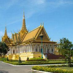 Le Palais Royal de Phnom Penh au Cambodge, ouvre conjointe d'architectes khmers et français, date de la 2e moitié du 19e. L'enceinte principale est fermée au public mais plusieurs pagodes et jardins permettent d'apprécier cet exemple d'architecture cambodgienne.