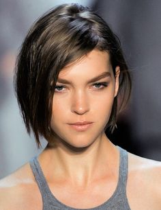 La tendance wet - 10 coiffures pour cheveux fins - Grazia - 10 styles for fine hair Layered Bob Hairstyles, Trendy Hairstyles, Straight Hairstyles, Shaggy Hairstyles, Hairstyles 2018, Bob Haircuts, Short Hair With Layers, Short Hair Cuts, Short Hair Styles