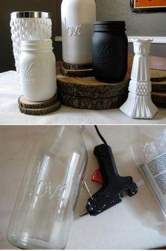 chön ♥ Um die die tollen Dekogläser & -flaschen zu basteln müsst ihr mit Heißkleber etwa auf das Glas schreiben, trocknen lassen und mit Acrylfarbe bemalen. Mit weißer oder schwarzer, matter Farbe siehen sie sehr Edel aus :)