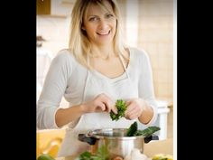 When it comes to meal planning you have two major choices: DIY or using a meal delivery service. Look at these pros and cons to find the best one for you! Paleo Recipes Easy, Easy Healthy Dinners, Diet Recipes, Vegetarian Recipes, Cooking Recipes, Salad Recipes For Dinner, Best Dinner Recipes, Whole Food Recipes, Fast Food Diet